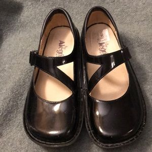 Black patent leather Mary Janes -37 like new!